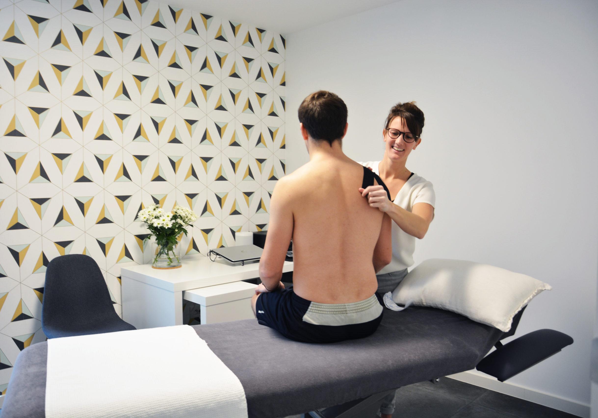 Osteopaat Sien Scheirs behandelt sportblessure in de praktijk te Lint