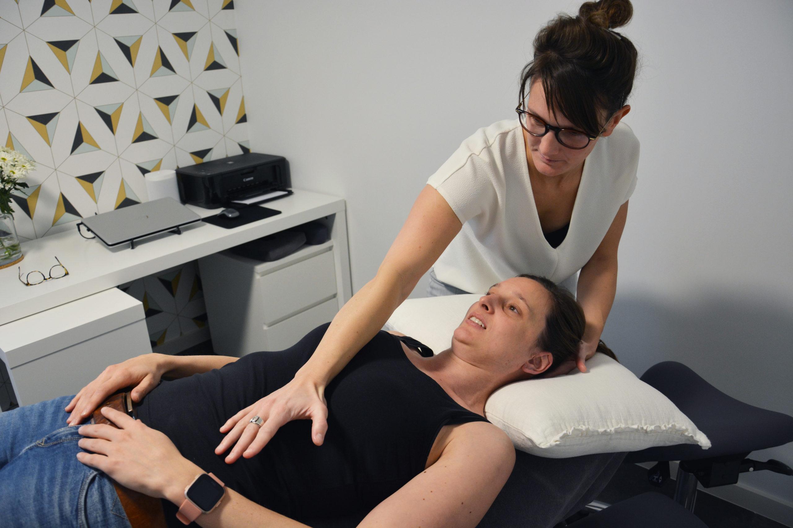 Osteopaat Sien behandelt vrouw met buikklachten